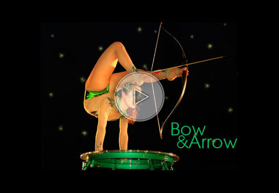 bow and arrow contortion, bow and arrow contortionist, contorsion avec arbalètes, contortioniste arbalètes