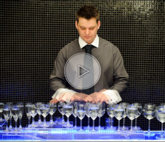 magic music glass, glass music player, musicien aux verres d'eau, artiste aux verres, glass music artist, hongrie, hungary