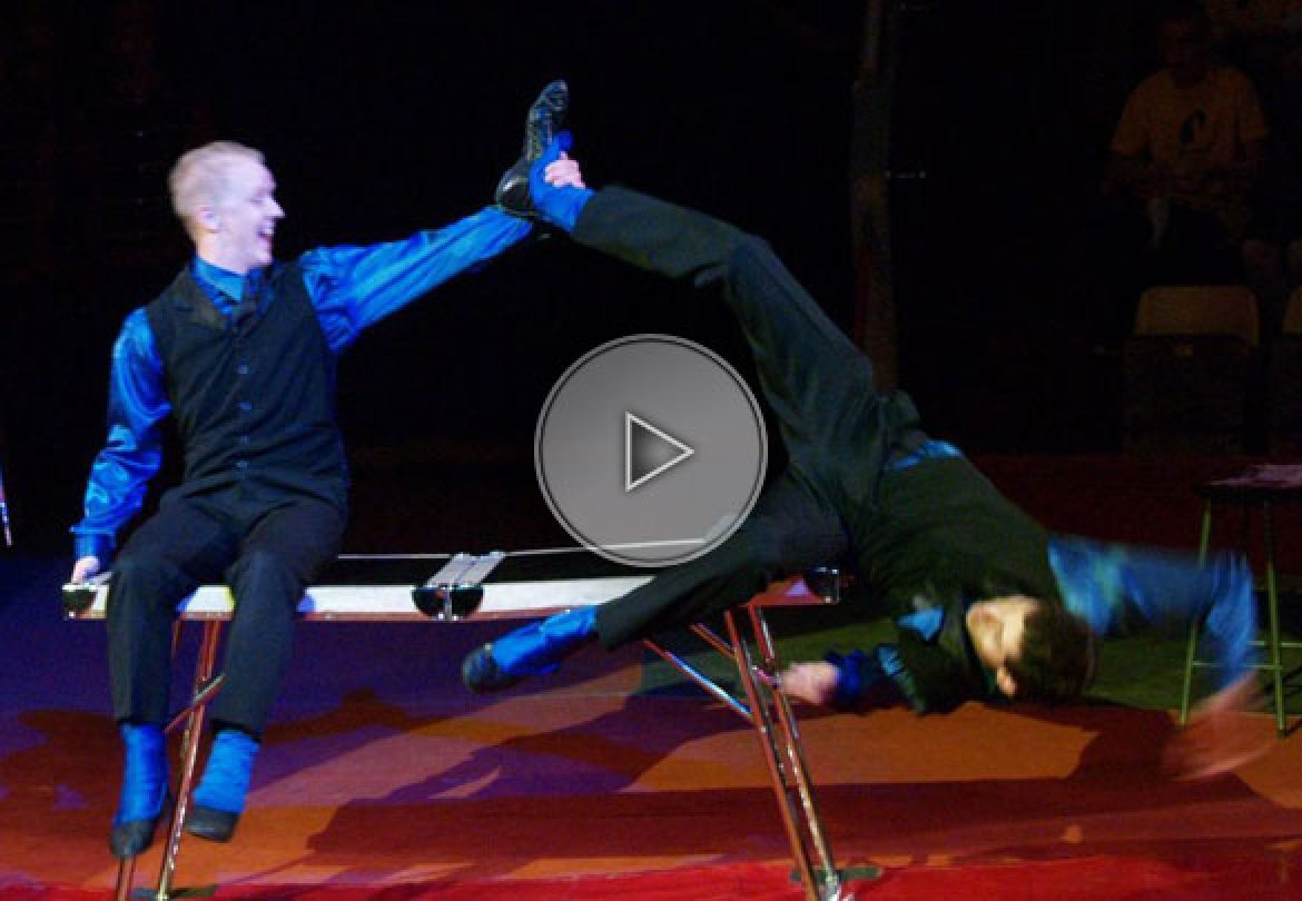 table acrobats, table act, acrobatie sur table, acrobates sur table, france, table acrobatic