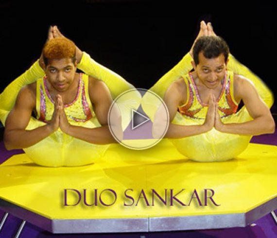 duo de contorsion, contortion duo, men contortionists, hommes contorsionnistes