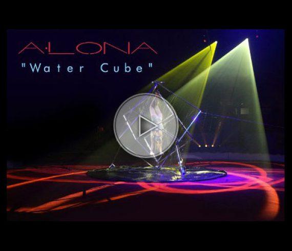 alona, water cube, cube d'eau, équilibriste, sexy, handstand