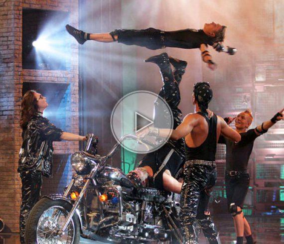 foot juggling, jongleur avec pieds, feet juggling, bikers, motos, allemagne, icariens