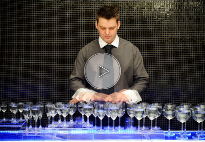magic music glass, glass music player, musicien aux verres d'eau, artiste aux verres, glass music artist, hongrie, hungary