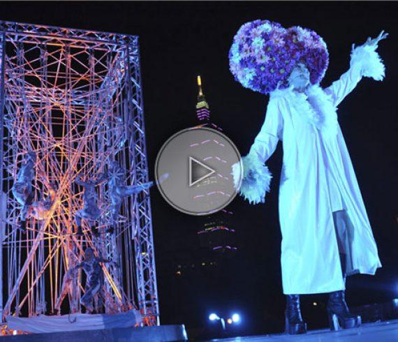 street show, spectacle de rue, événement extérieur, outside event, aerial crane, grue, cube, aerial show, spectacle aérien