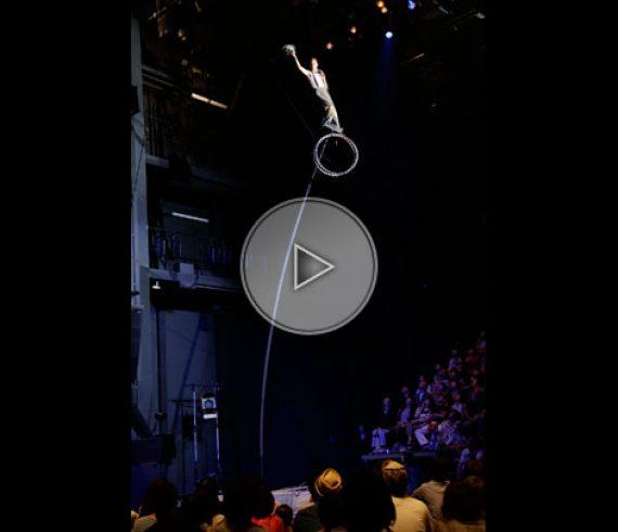 mat balancier, pole balancing, swinging pole, mat oscillant, high pole, grand mat, pole acrobat, acrobate sur mât