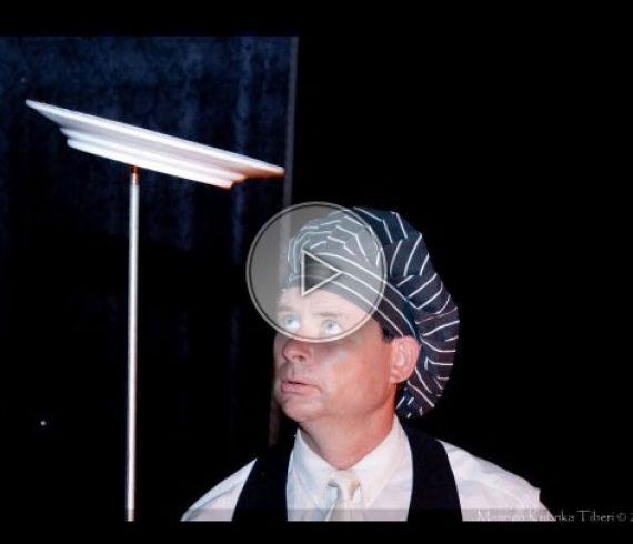 comedy spinning plate juggler, jongleur comique aux assiettes, plate juggler, jongleur aux assiettes, jongleur avec assiette, plates juggler