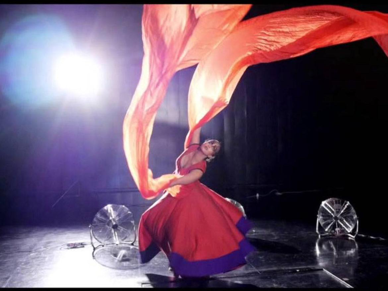 dancing silk, tissu and fan, fantasy tissu, moving silk, fans and tissu, fans and silk, dancing tissu, dancing silk