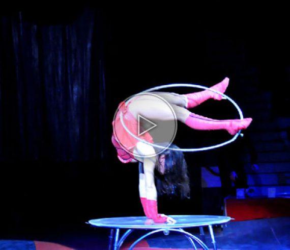 hula handbalance, handbalance, hula hop, hula hop acrobat, hula hop equilibrist