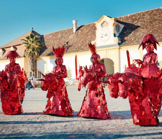Unicorns, unicorn act, unicorn riders, unicorn performance, unicorn show, chess show, chess characters, chess personnages, walkabout act, chess parade, unicorn parade, mirror characters, parade