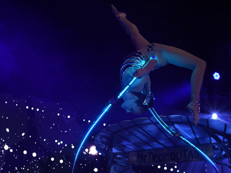 acrobat, acrobat show, elliptic, ellipse, light, acrobatic event, acrobat dark